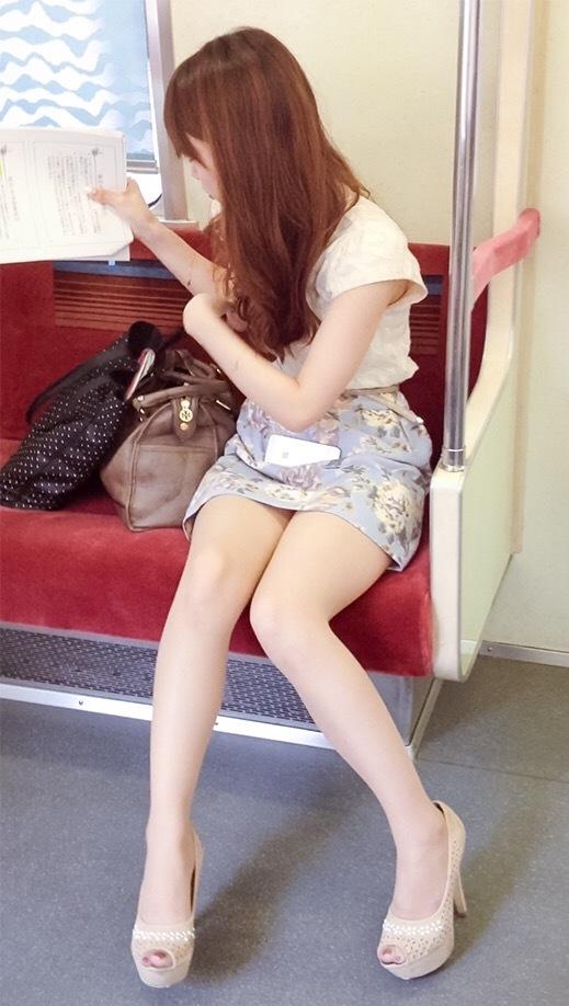 列車内で見るシロウト達の太ももがえろ過ぎて目が離せない