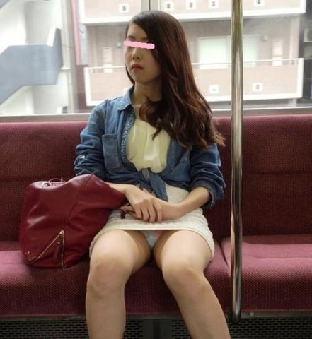 【*電車パ●チラ*】電車で向かいの可愛いお姉さんがパンツ豪快に見せてるんだすがwww
