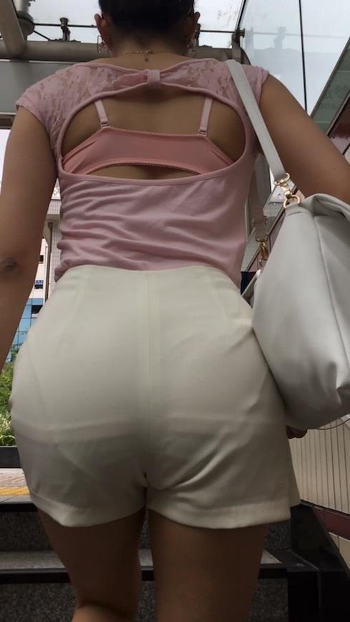 暑くなってくると見れる若い子達の恥じらいのない透けパンツ丸見え写真