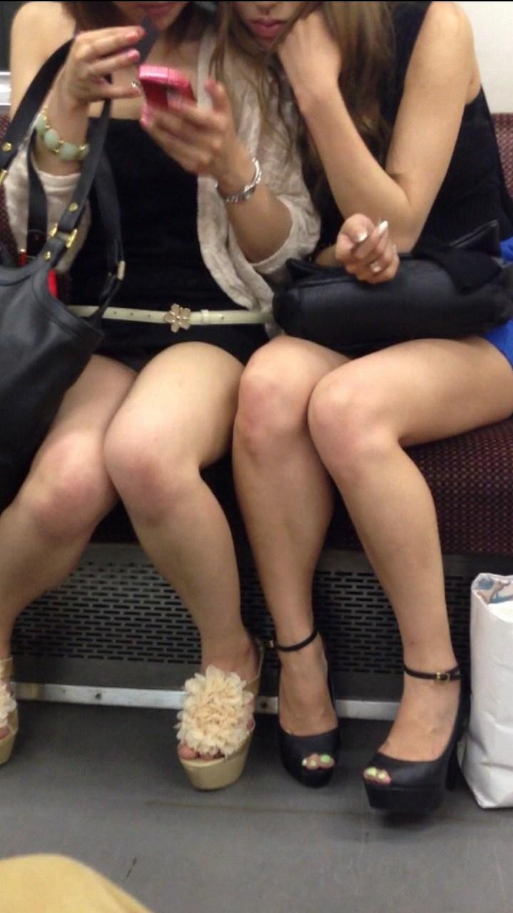 通勤中に見るシロウトの太ももがえろくて視線が外せない