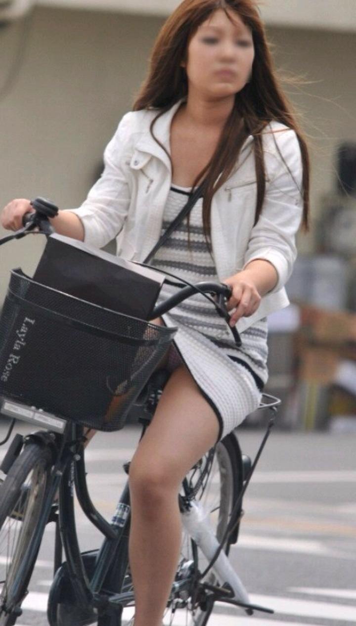 ミニスカで躍動感溢れた自転車パンチラ画像