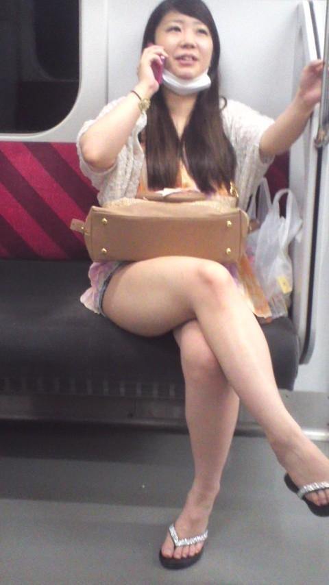 【太ももエロ画像】電車内で見るとエロさが倍増するのは何でだろう