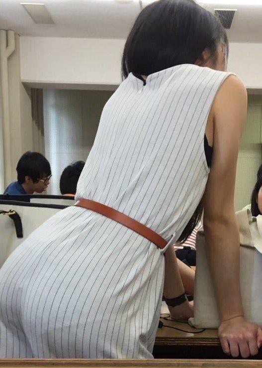 パンツの色・形まで分かっちゃう透け透けパンツ丸見え写真