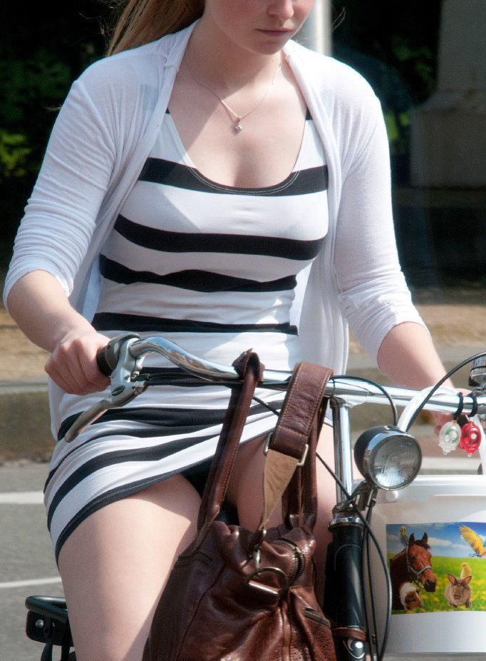 アダルト画像3次元 - 外国人マンさん達の大胆過ぎる自転車はみパン画像