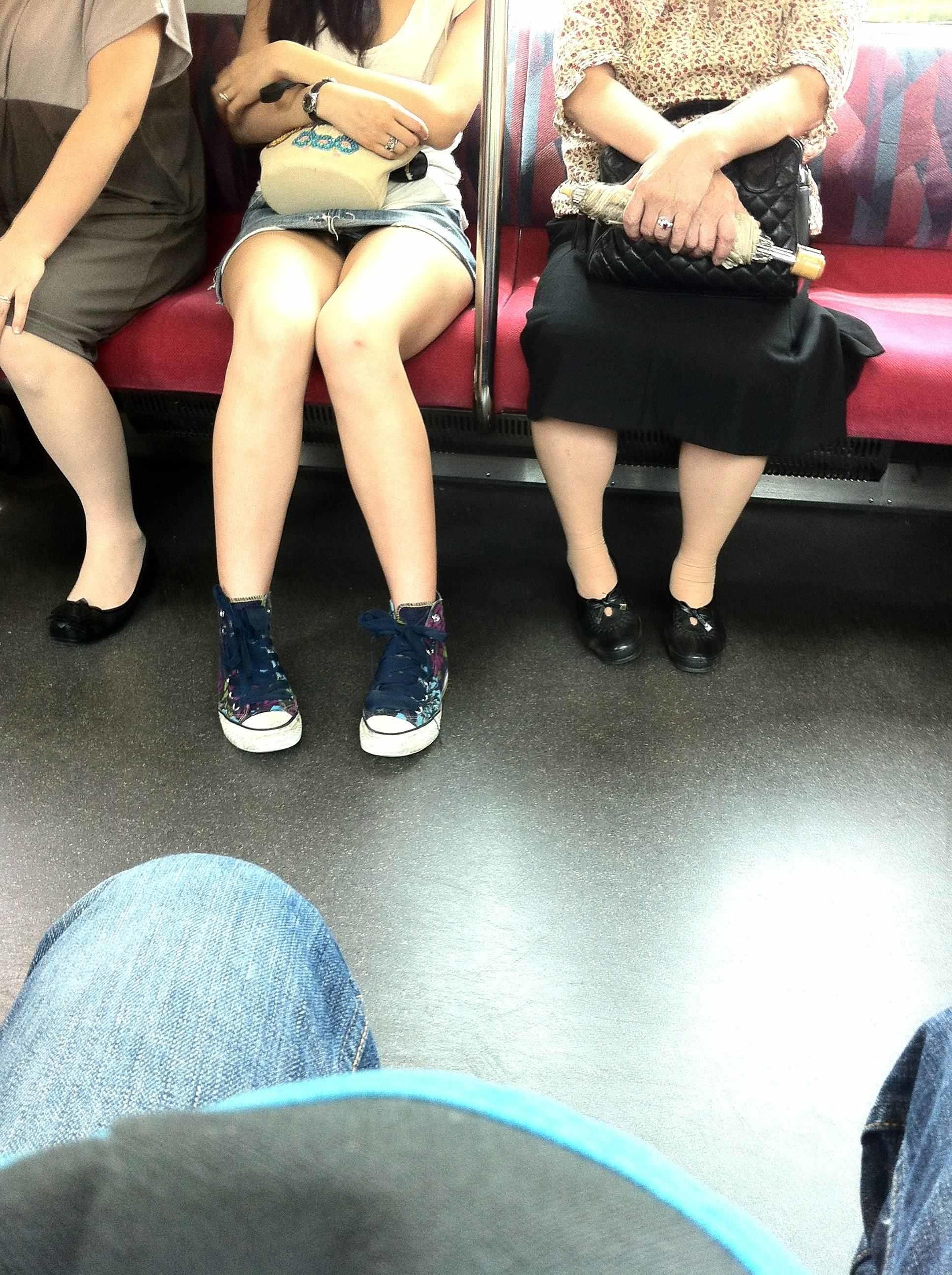 電車の中で太ももやパンチラを盗撮した様なエロ画像
