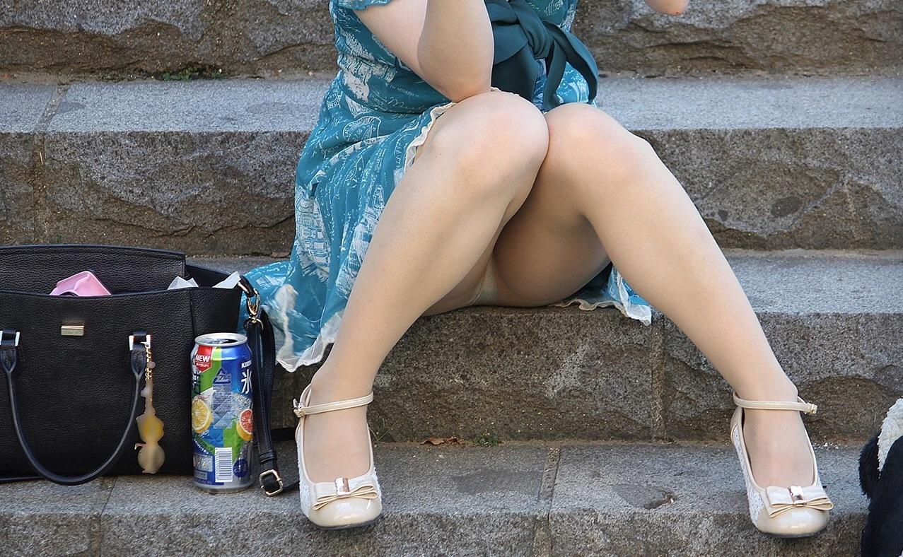 アダルト画像3次元 - 階段とかで座ってる女性を見るとかなりの高確率ではみパンしてる件