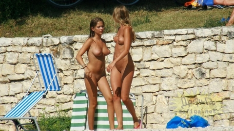 ヌーディストビーチで戯れてる外国人女性達がエロ過ぎるんだが