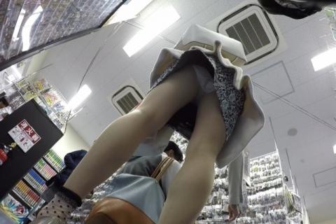 【エロ画像】柄物スカート見て中身が気になる病が発症しての逆さ撮りパ○チラwwwwwwwwwwwwwwwwwwwww