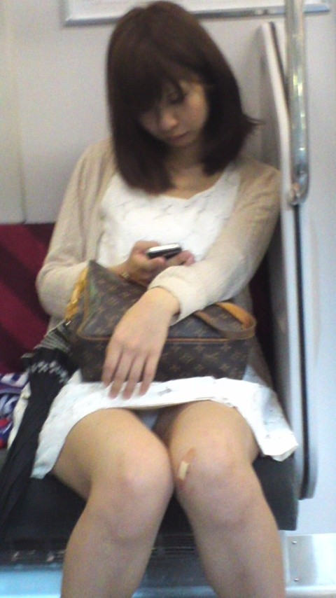 対面にいる女子のパンツがチラチラしてて電車から降りられない