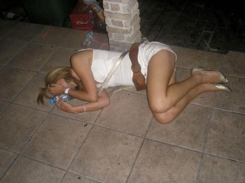 【泥酔注意】酔い潰れた女共の末路がコチラ・・・そらヤラれるわコレは。。。(画像あり)