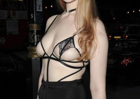 (写真)モデルモデルさん(23)、ピンクチクビがスケスケの格好でイベントに出席してしまう・・・