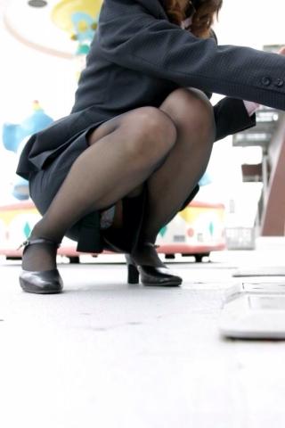 無防備にしゃがんでる社内レディーさんを見るとタイトスカートの中が気になってしかたねーwwwwww