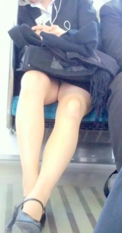 アダルト画像3次元 - 列車内居眠り女性正社員のリクスー三角デルタ覗き見画像