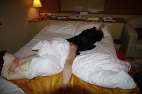 酔いつぶれてる後輩をホテルに連れ込んで下着姿にして身体をこっそり撮影した男性wwwwww