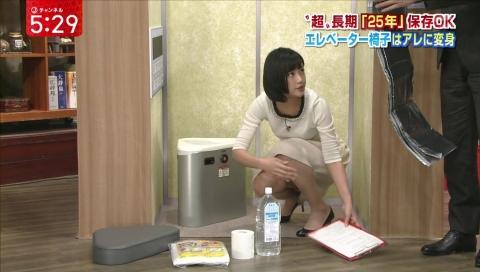 (写真)竹内由恵がスカート中の股間を映され割れ目に食いこんだ純白パンツがマル見えパンツ丸見え