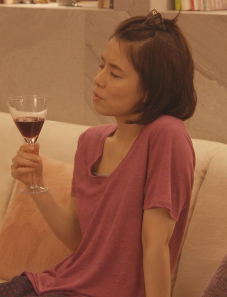 石田ゆり子 胸元画像2