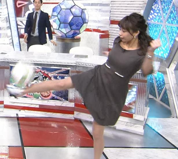 宇垣美里アナ スカートでサッカーして美脚チラリ