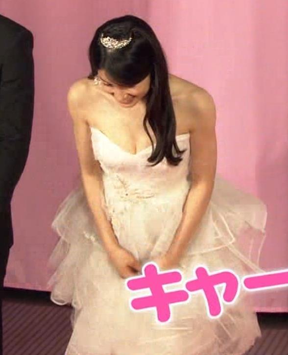 土屋太鳳 お乳露出気味のウェディングドレス。けっこう美巨乳&谷間