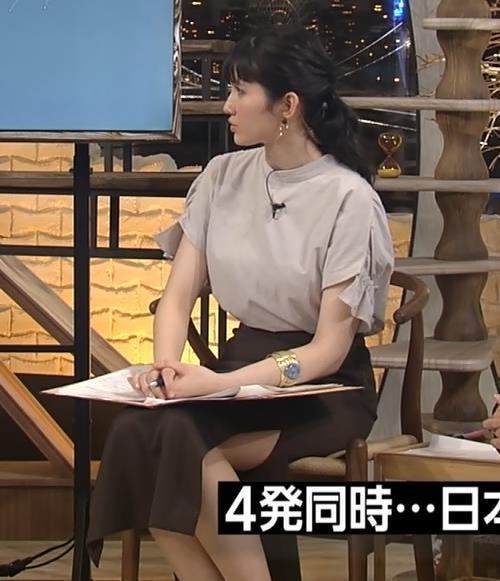 市川紗椰 タイトスカートのスリットから太ももチラリ