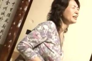 里中亜矢子 50代熟女が顔面騎乗クンニされて腰振る無料熟女人妻生ハメ動画