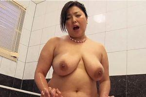 マンガのようなボリュームある豊満熟女母のおっぱい揉む無料ぽっちゃりエロ動画