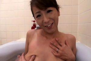 人妻母とお風呂場でイチャついてオメコする無料ヒトヅマおまんちょムービー