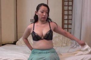 【無修正】30代地味目熟女の隠れ巨乳とおまんこ中まで丸見えな無料裏ビデオ動画