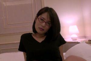 (モザ無)30代眼鏡ヒトヅマにカメラ目線要求でおまんちょ犯す無料裏ビデオムービー