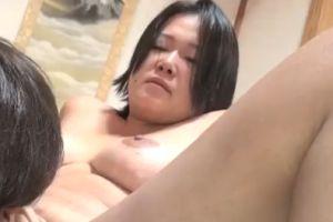 【無修正】40代ゴツめ熟女の濡れやすいおまんこがエロい無料裏ビデオ動画