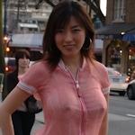美人妻が街中でノーブラ透け乳首してる画像