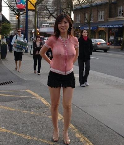 美人妻が街中でノーブラ透け乳首してる画像 3