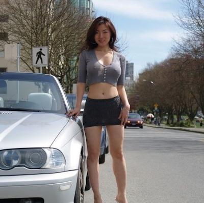 美人妻が街中でノーブラ透け乳首してる画像 4
