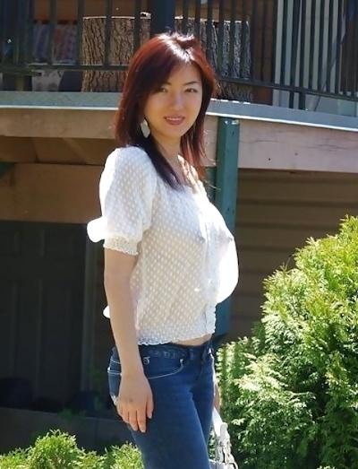美人妻が街中でノーブラ透け乳首してる画像 6