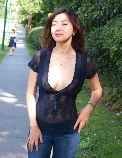 美人妻が街中でノーブラ透け乳首してる画像 8