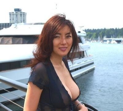 美人妻が街中でノーブラ透け乳首してる画像 9