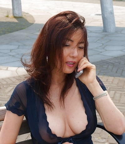 美人妻が街中でノーブラ透け乳首してる画像 10