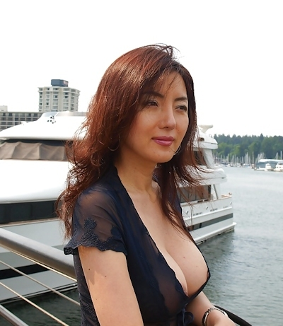 美人妻が街中でノーブラ透け乳首してる画像 11