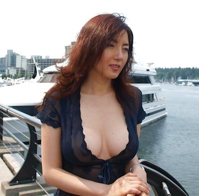 美人妻が街中でノーブラ透け乳首してる画像 12