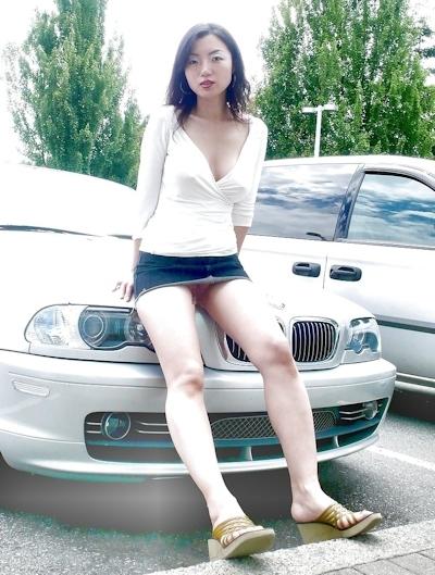 美人妻が街中でノーブラ透け乳首してる画像 13