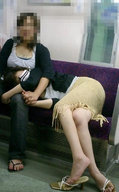 泥酔しちゃってる素人女性のセクシー画像 12