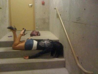 泥酔しちゃってる素人女性のセクシー画像 15