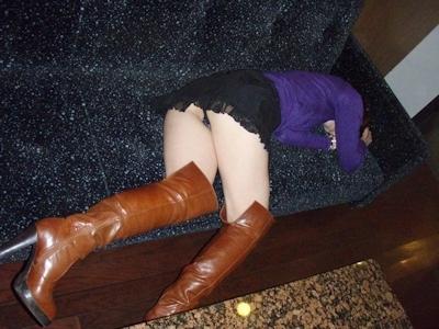 泥酔しちゃってる素人女性のセクシー画像 18