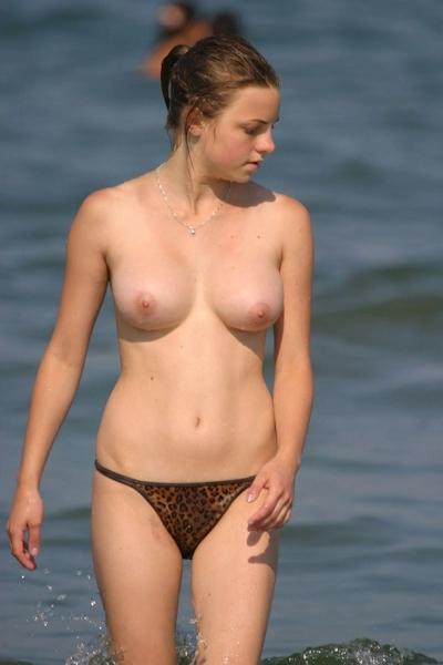 ヌーディストビーチにいた美女のヌード画像 11