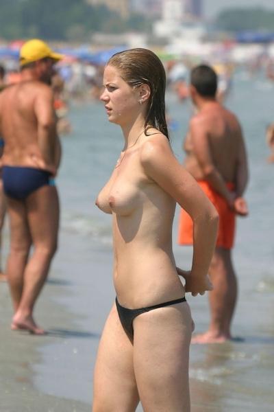 ヌーディストビーチにいた美女のヌード画像 12
