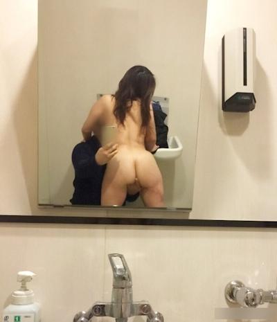 公衆トイレでセックスしちゃってる画像 1