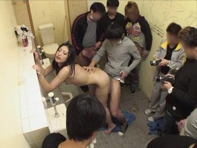 公衆トイレでセックスしちゃってる画像 16