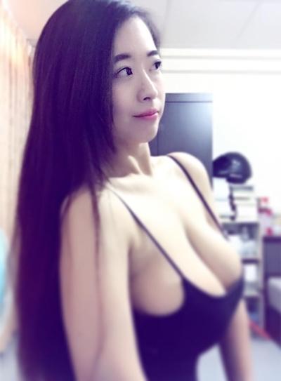 台湾のファミリーマートの爆乳店員 10