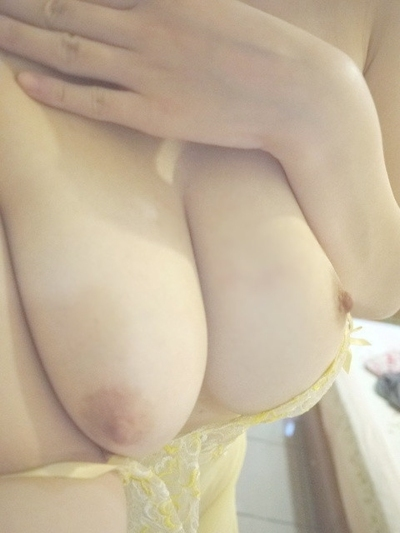 美乳な素人女性の自分撮りおっぱい画像 6