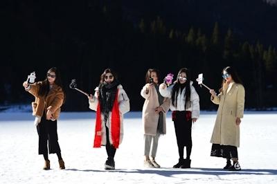 中国・四川省の5000mの山頂からビキニ美女10人がライブ配信 7