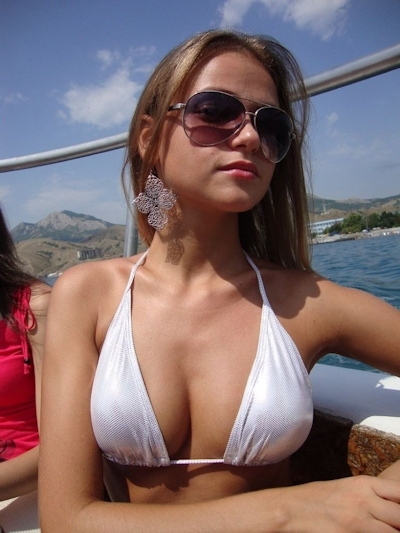 乳首がピンク色で小麦色の肌の西洋美少女のヌード画像 1